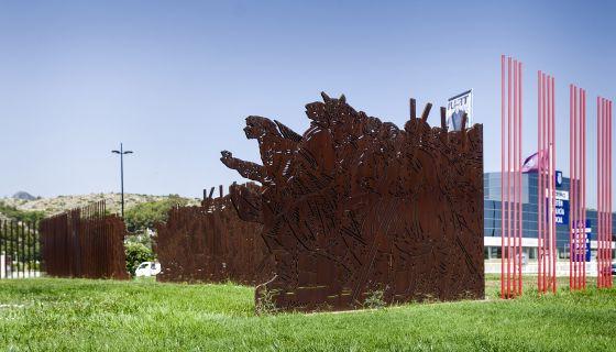 traslado de la escultura del 25 d'abril en Gandia